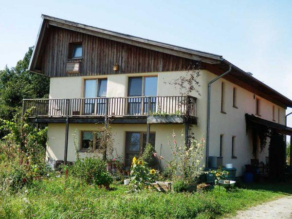 """Bild 12: Strohballenhaus """"Libelle"""" im Öko-Dorf Siebenlinden"""
