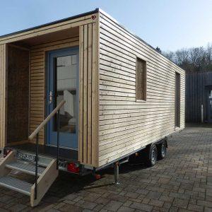 Außenansicht des mobilen Strohgebäudes
