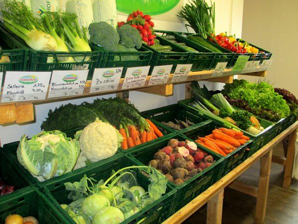 Gemüsestand im Hofladen