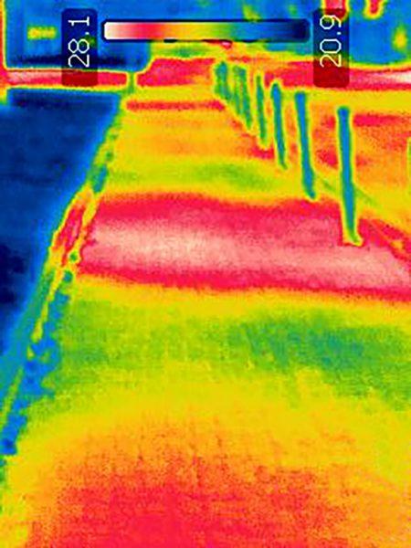 IR-Aufnahme: Geringere Wärmestrahlung auf einem Gehweg unter Bäumen