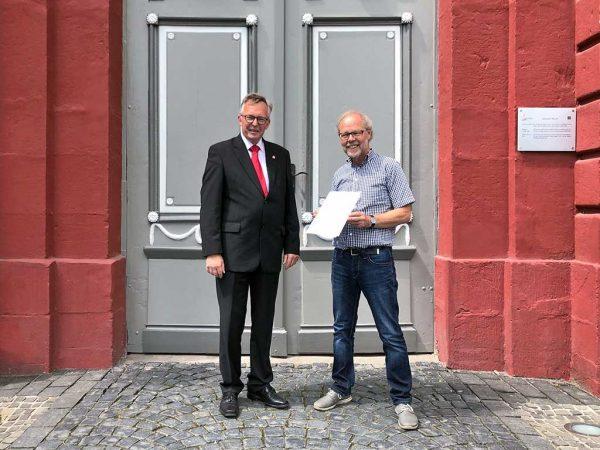 Zum Eintritt in den Ruhestand wurde Wolfgang Schäfer (rechts) von Wernerarchitekten für seine langjährige Arbeit am Landgestüt Dillenburg durch LLH-Direktor Andreas Sandhäger geehrt