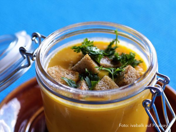 Kürbissuppe im Glas