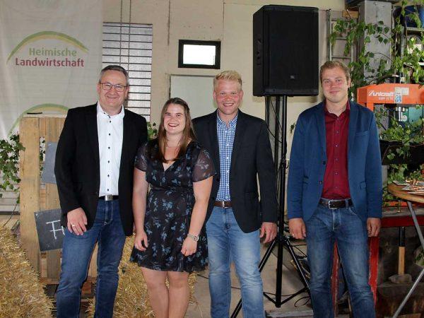 v.l.n.r.: Schulleiter Martin Grenzebach; Jahrgangsbeste: Theresa Zinßer (Notendurchschnitt 1,2), Samuel Vogel (1,7), Jan Zachmann (1,9)