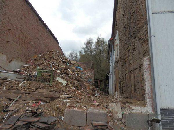Abfallberg eines ehemaligen Fachwerkgebäudes: Hier wäre bei einem sachgerechten Rückbau viel Material wiederverwendbar gewesen