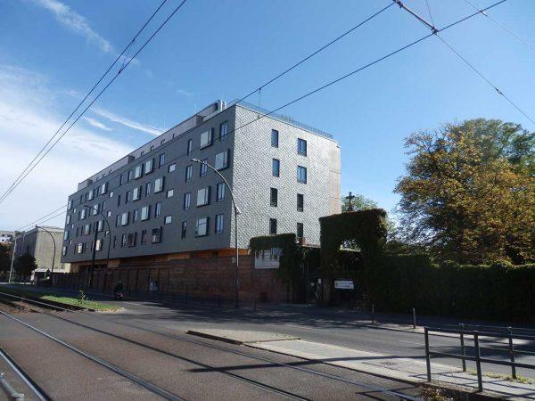 An einer sehr belebten Straße im Zentrum Berlins wurde dieses Holzgebäude für 42 Familien errichtet. Die verkleideten, holzfasergedämmten Massivholzwände schützen auf der Nordwestseite vor Straßenlärm und Schlagregen.