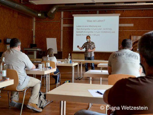 Der Seminarleiter Dieter Brauch vom NetzwerkLehm vermittelt am Vormittag die Theorie zum Baustoff Lehm und seinen Anwendungen. Foto: Diana Wetzestein
