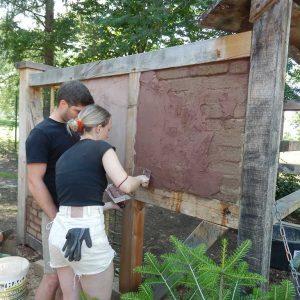 Dieses Paar versucht sich am Lehmunterputz auf der Lehmziegelausfachung