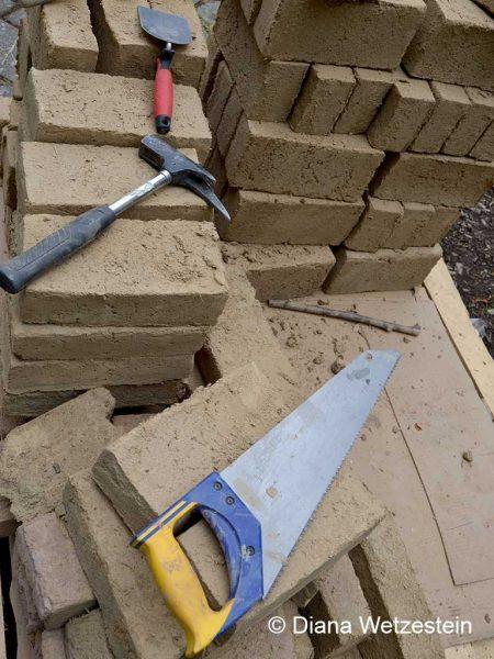 Ungebrannte Lehmziegel, sogenannte Grünlinge, werden nach DIN hergestellt und auf die Baustelle geliefert. Man benötigt nur einfaches Werkzeug. Eine eigene Heimwerker-Herstellung ist möglich, aber nur für den Innenausbau verwendbar. Foto: Diana Wetzestein
